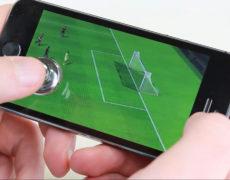 Smartphone Joypad in Benutzung mit einem Fußballspiel
