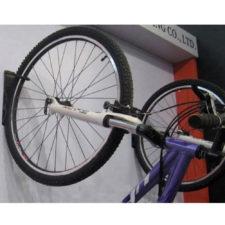 Fahrrad hängt an der Wand