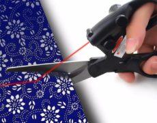 Schere mit Laser Aufsatz beim Schneiden