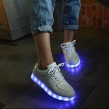 LED Sneaker an einer Frau