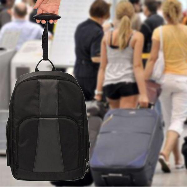 Kofferwaage an einem Rucksack
