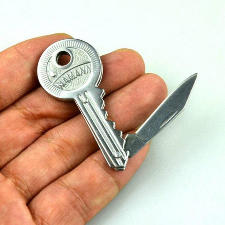 Taschenmesser in Schlüsselformat in einen metallischen Silber.