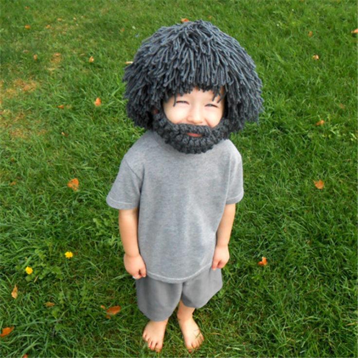 Kind mit Bart-Wollmütze