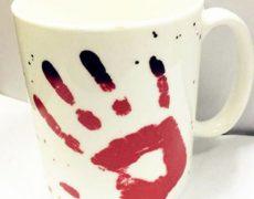 Farbverändernde Tasse mit blutigem Fingerabdruck