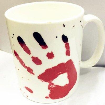 Farbverändernde Tasse mit Blutabdruck