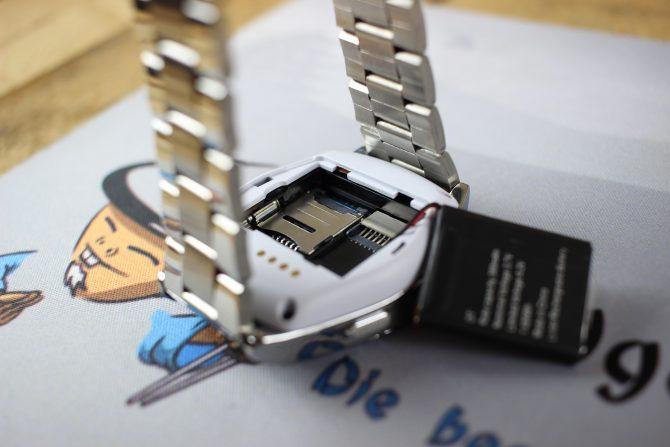 Im inneren verstecken sich Micro-SD und SIM-Slot