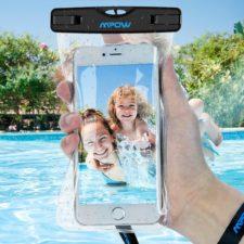 Mpow Unterwasserhülle für Smartphones in einem Pool
