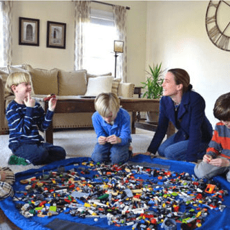 Mutter und Kinder auf Spielzeugbeutel