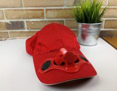 rote Mütze mit Ventilator und Solarpanels