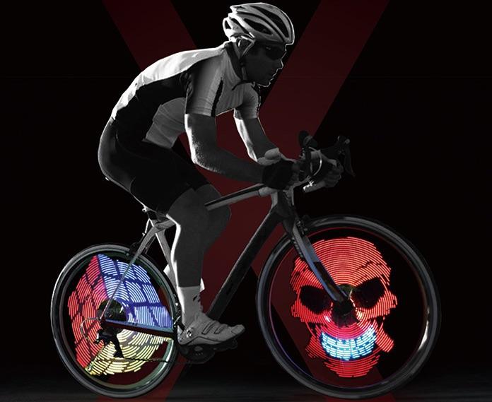 Mann fährt auf einem Fahrrad mit leuchtenden Rädern