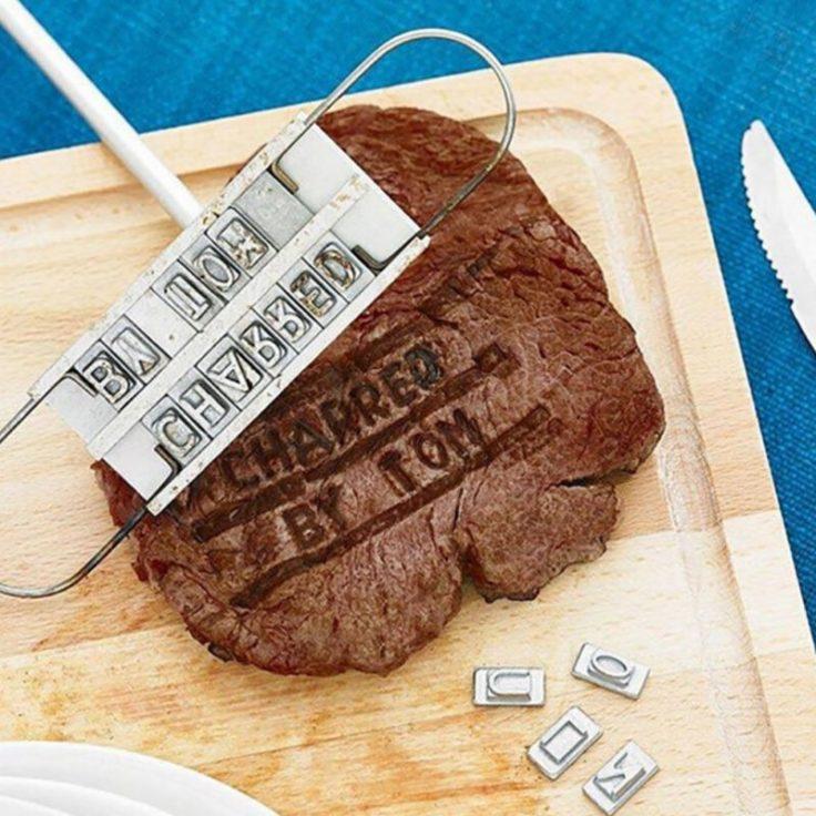 Brandeisen mit beschriftetem Steak