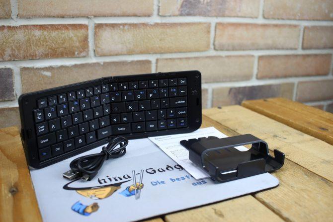 mit dabei: microUSB Kabel und ein Handy-/Tabletständer