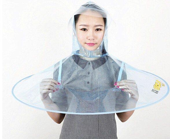Frau trägt eine Regenhaube