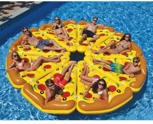 8 Pizza-Luftmatratzen froem neine große Pizza im Pool