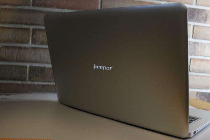 Die Oberseite des Jumper EZBook mit leuchtendem Jumper Logo