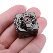 SQ8 Mini DV Kamera in einer Hand