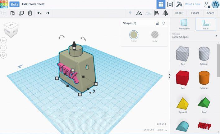 Erst das PNG-Logo mit selma3D in eine STL konvertiert und dann in Tinkercad auf einen Legotorso. Abschließend mit Curva slicen