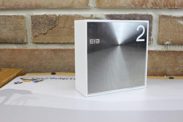 Die Vorderseite der ELE BOX zeigt oben rechts eine 2 darunter sitzt der Lautsprecher hinter dem Metallgitter