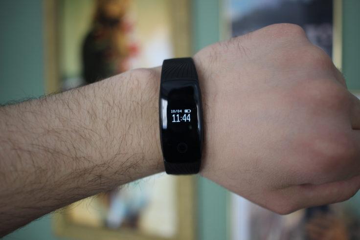 Mpow Fitness Tracker am Handgelenk mit eingeschaltetem Display