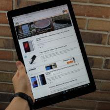 Das Chuwi Hi13 3K Tablet in einer Hand liegend