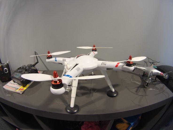 ThiEYE T5e Foto Drohne auf Regal vor Wand