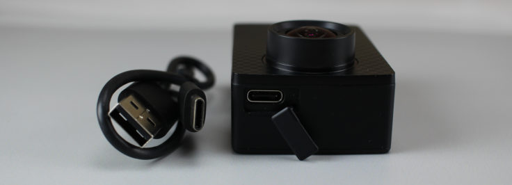 YI 4K plus USB C Port und Ladekabel