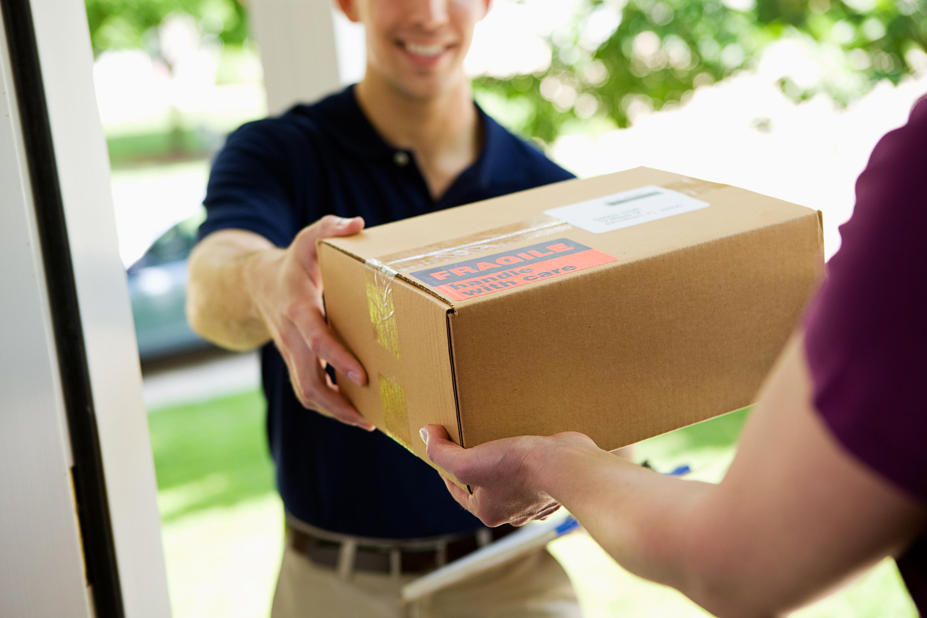 Paketbote übergibt Bestellung