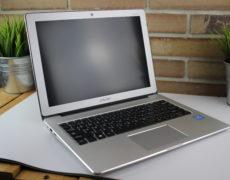 Chuwi LapBook 12.3 Notebook auf grauer Unterlage von schräg vorne