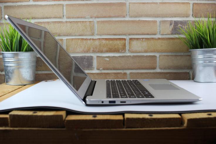 Chuwi LapBook 12.3 Notebook von der Seite mit Anschlüssen