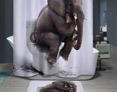 Duschvorhang mit abgedrucktem Elefant, der auf einer Toilette sitzt