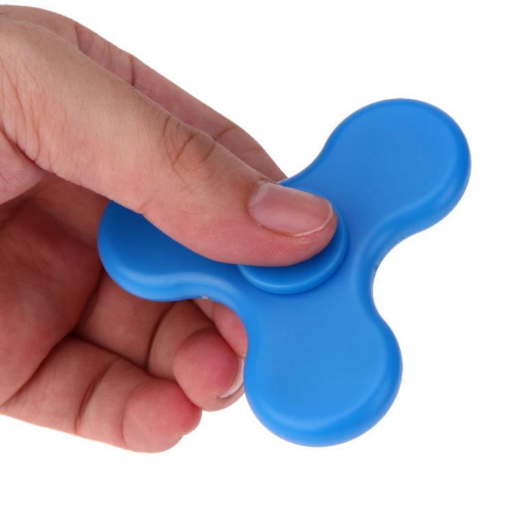 Fidget Spinner zwischen den Fingern
