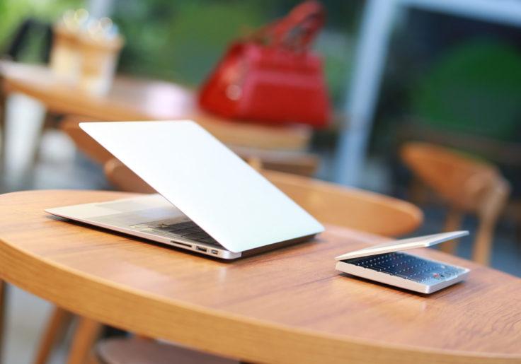 GPD Pocket Mini Laptop im Größenvergleich zu einem Macbook