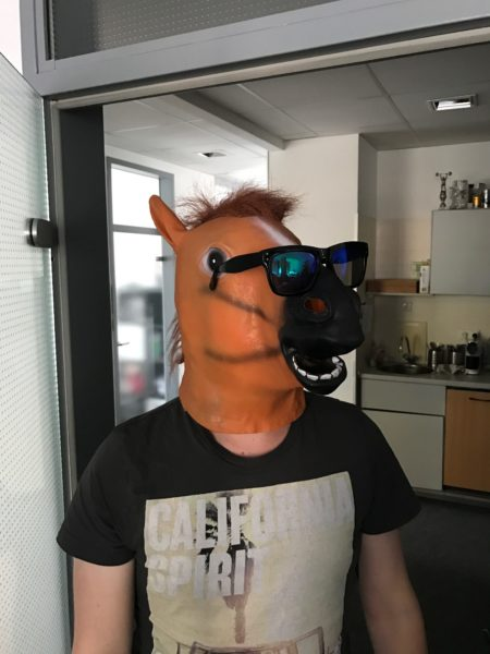Unser Redakteur mit Pferdekopfmaske und Sonnenbrille