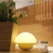 Die LED Nachtlampe in unterschiedlichen Farben im Einsatz.