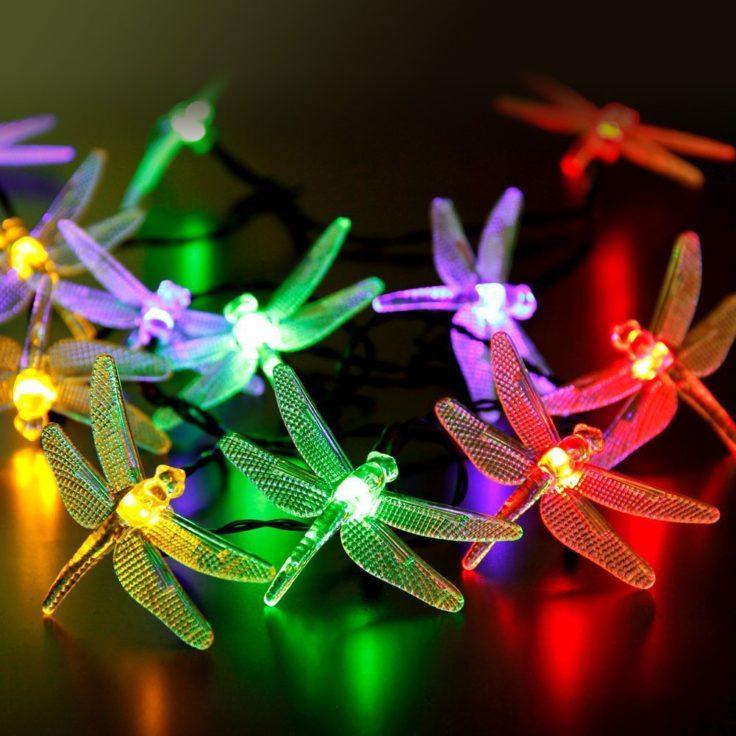 Angeschaltete LED Libellen in bunter Farbe auf einem Tisch.