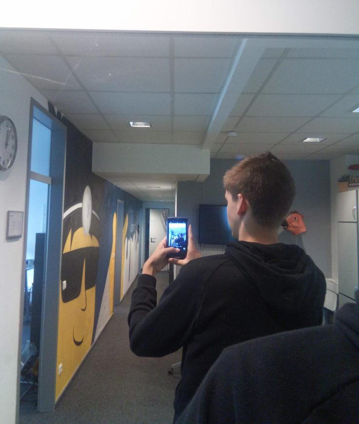 Redakteur mit Selfie vor Spiegel mit Blackview BV8000 Pro