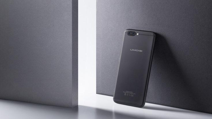 UMIDIGI Z1 Pro in Schwarz an einer Wand