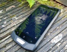 Blackview PV8000 Pro auf Holzboden