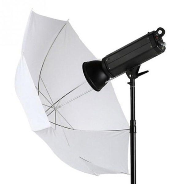 Weißer Blitzschirm an einem Blitzgerät