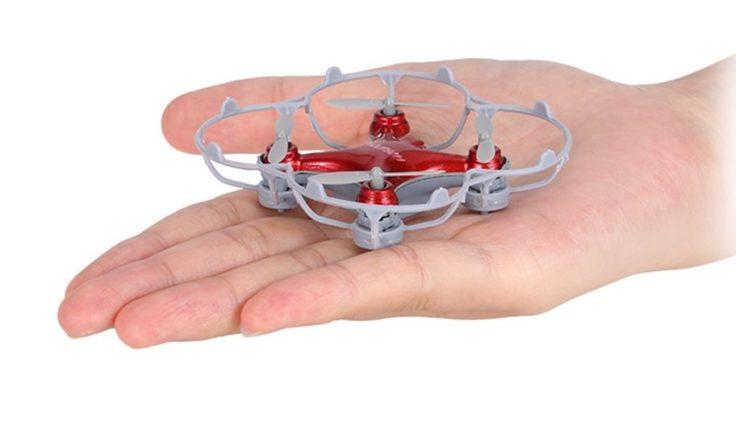 Cheerson CX-10SE Mini Quadrocopter auf einer Hand