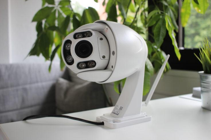 Foscam FI9928P auf Tisch stehend