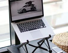 Nexstand Laptopständer auf kleinem Tisch mit Laptop