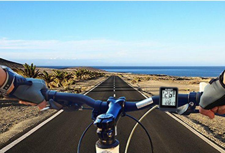 Suaoki Fahrradcomputer an Lenkstange mit Blick auf Straße
