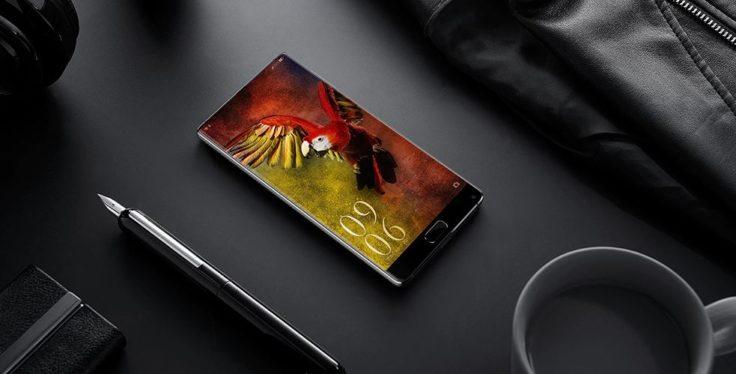 Elephone S8 in schwarz auf einem Tisch