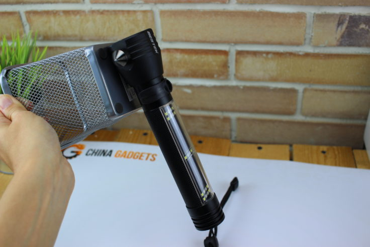Taschenlampe hängt mit Magnet