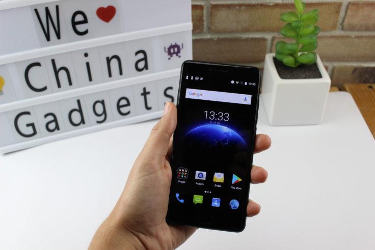 MEIIGOO M1 Smartphone in der Hand