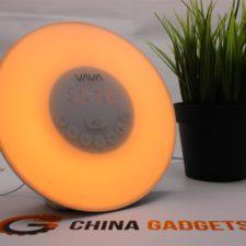 Vava Tageslichtwecker leuchtet in orangener Farbe
