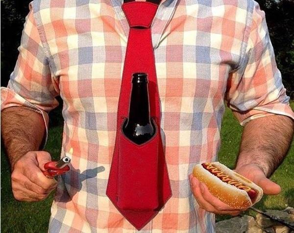 Bierkrawatte an Mann mir kariertem Hemd und mit Hotdog