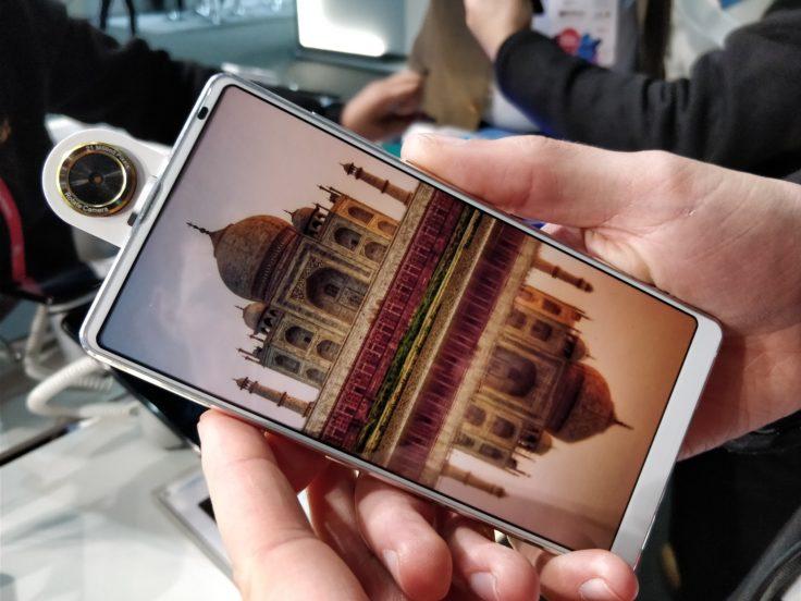 Bluboo S2 Smartphone mit herausgeklappter Kamera