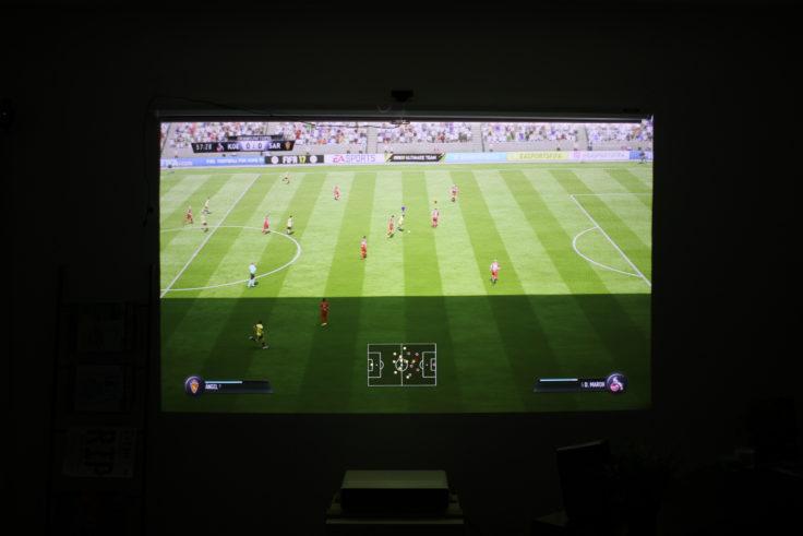 Xiaomi Kurzdistanzbeamer Laser Projector Test Fifa 17 auf rauer Tapete
